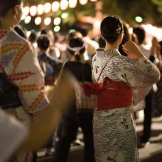 kaelula-sungwis:  Traditional summer night dance by Ippei & Janine Naoi on Flickr.