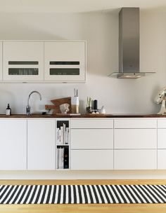 The kitchen is in the center of the house into an open plan dining and living room. Kitchen Dinning, New Kitchen, Room Kitchen, Dining Room, Gourmet Food Gifts, Kitchen Equipment, Black And White Design, Home Textile, Scandinavian Design