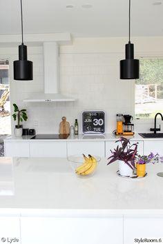 keittiö,valkoinen,tiililadonta,saareke,liesituuletin