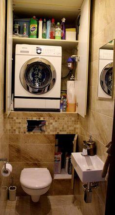 ta pralka jest spięta jakimś dodatkowym pasem. Pomysł ustawienia pralki na półce i postawienia pod spodem kosza na pranie - ergonomia