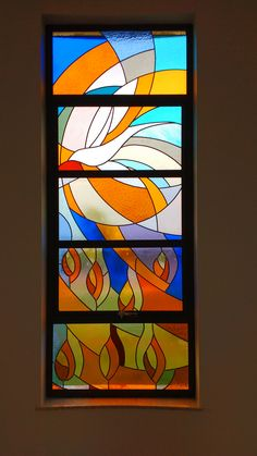 vitral moderno com tema do Espírito Santo