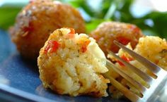 Garlic, rice, mozzarella cheese and fresh basil make these rice and cheese balls a tasty treat that will impress your friends. Vegetarian Recipes Dinner, Easy Dinner Recipes, Easy Recipes, Veggie Fritters, Cheese Ball Recipes, Best Side Dishes, Savory Snacks, Side Recipes, Cooking Recipes