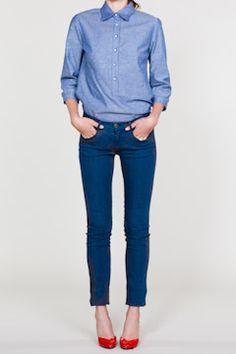 Skinny jeans + camisa + zapatos rojos