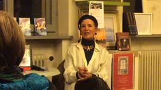 """Amanda Castello, auteure de """" Les Amours des Femmes qui ont changé le Monde """", présente son livre à la librairie Di Pellegrini, dans la ville italienne de Mantoue, le 10 mars 2015. L'interview a été réalisée par la journaliste Paola Cortese."""