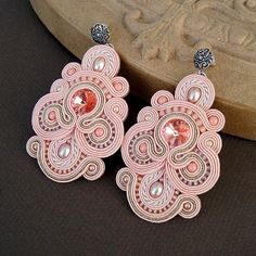 Although this is soutache jewelry (wrapped braids), it could be simulated in polymer clay. Soutache Necklace, Beaded Earrings, Beaded Jewelry, Pink Earrings, Embroidery Jewelry, Ribbon Embroidery, Bead Crafts, Jewelry Crafts, Handmade Necklaces