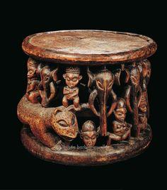 Grand siège de cérémonie avec personnages debout, léopard et têtes d'éléphant, Babanki-Tungo, Cameroun, région du Nord-Ouest - Les Musées Barbier-Mueller