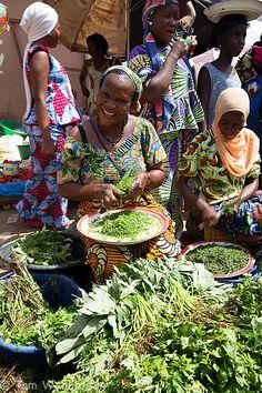 Ich lass mich vom Lächeln der Menschen verzaubern - und ich strahle voller Glück und Liebe! Brikama market (The Gambia) by Tom Warburton