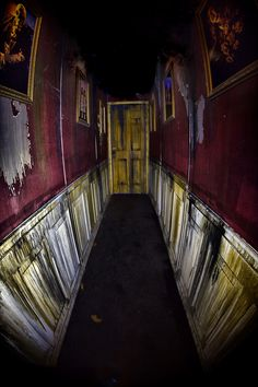 Marvelous Hallway leading into Morgue Room. The post Hallway leading into Morgue Room…. appeared first on Post Decor . Casa Halloween, Halloween Circus, Halloween Scene, Halloween 2019, Halloween Themes, Halloween Decorations, Hallway Decorations, Haunted House For Kids, Haunted House Props
