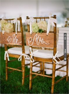 wooden Mr. and Mrs. seat signs | VIA #WEDDINGPINS.NET