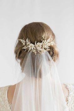 wedding hairstyles with headpiece Romantische Hochzeit Frisuren mit Schleier Floral Wedding Hair, Hair Comb Wedding, Headpiece Wedding, Wedding Hair And Makeup, Wedding Veils, Wedding Hair Accessories, Bridal Headpieces, Trendy Wedding, Bridal Comb