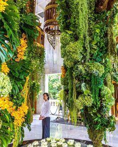 Bangkok, Tailândia. mpressionada com a quantidade de flores naturais enfeitando cada cantinho do Mandarin Oriental, Bangkok. Assim que saimos do carro, recebemos uma guirlanda de flores de dedo, ou um anel de dedo, formado de dezenas de jasmims brancos e três orquideas cor-de-rosa penduradas. Esta é uma maneira de receber pessoas importantes e prestar-lhes honrarias. Clique no post para saber mais detalhes ou acesse www.acamminare.com