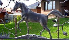 Escultura de cavalo de metal