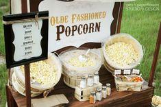 Wir haben vor einiger Zeit in der Nähe eines Kinos gewohnt und immer, wenn dienstags lange Filmnacht war und ich vom Arbeiten nach Hause geradelt bin, musste auf der Rückseite des Kinos vorbei und tauchte dann in eine Duftwolke frischen Popcorns ein. Ahhh! Da könnte man sich reinsetzen! Süß oder salzig, knusprig und golden. Feierabendglück! …