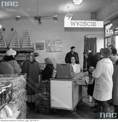"""Sklep nr 4 Warszawskiej Spółdzielni Spożywców """"Społem"""" przy ul. Jana Olbrachta w Warszawie, 1971"""