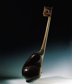 TAR El término tar significa cuerda en farsi, y por ello con frecuencia lo encontramos en el nombre de muchos instrumentos: sitar, setar, dutar, etc. Este instrumento se encuentra activo como un instrumento de la música clásica en Irán, y en otros países del Cáucaso. La forma sorprendente de su caja está tallada sobre dos bloques simétricos de madera de morera. El mástil, de madera de nogal, lleva incrustadas dos tiras de hueso de camello y se ve dividido por trastes cuya posición corresp...