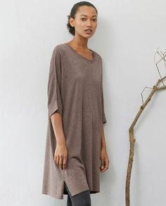 Poetry - Tunikakleid aus Seiden-Kaschmir - Das feine Strickmaterial dieses Pulloverkleids in Tunikalänge ist eine wunderbare Kombination aus Seide und Kaschmir. Die Schultern des Modells sind überschnitten und die weiten, ellenbogenlangen Ärmel mit gerippten Umschlägen versehen. 85% Seide 15% Kaschmir