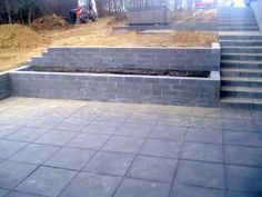 A retaining wall has many functions and a retaining wall can be made of many different materials. You choose a retaining wall. Sloped Backyard Landscaping, Landscaping Retaining Walls, Sloped Garden, Backyard Patio Designs, Landscaping Design, Retaining Wall Patio, Walled Garden, Garden Steps, Backyard Playground