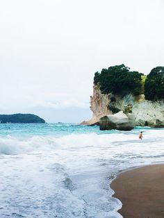 Discover the beautifuly Coromandel Peninsula on the North Island of New Zealand with its highlights Cathedral Cove and Hot Water Beach including travel tips