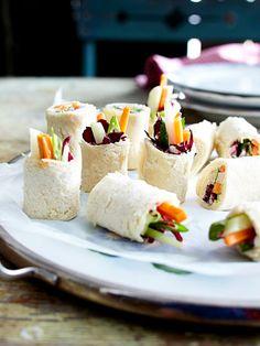 Ein Platte mit bunt gefüllten Brotröllchen ist das perfekte Fingerfood zum Begrüßen der Gäste.