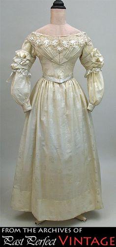 vermutlich späte 1830er, Hochzeitskleid aus Seide, offenbar mit eingewebtem Muster