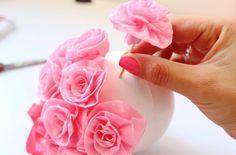 Cómo hacer bolas con rosas de papel | Blog de BabyCenter Crepe Paper Flowers, Felt Flowers, Diy Wedding, Wedding Decor, Diy And Crafts, Paper Crafts, Flower Ball, Ideas Para Fiestas, Minnie Mouse Party