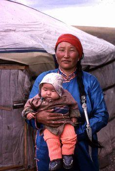 Moeder en kind in west-Mongolie. Kijk voor meer reisinspiratie op www.nativetravel.nl