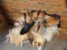 Originele oude houten schoenmallen. Decoratie retro en brocante stijl