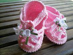 Sandalinha  rosa de bebe, feito em crochê, com linha de algodão. Encomenda em qualquer cor. TAMANHOS: sola 8 cm - RN a 02 meses 9 cm - 00 a 03 meses 10 cm - 03 a 06 meses  Faço na cor que você desejar R$ 24,00