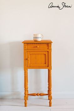Barcelona Orange is a warm and vivacious orange in the Chalk Paint® palette. Annie Sloan first developed her signature range of furniture paint in calling it 'Chalk Paint' because of this decorative paint's velvety, matte finish. Annie Sloan Chalk Paint Barcelona Orange, Annie Sloan Chalk Paint Colors, Black Chalk Paint, Orange Furniture, Colorful Furniture, Paint Furniture, Cool Furniture, Furniture Makeover, Indoor Paint Colors