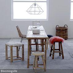 Ausgefallen Und Extravagant Erscheint Dieser Essbereich Mit Möbeln Aus Holz  Und Bambus. Durch Den Fußboden