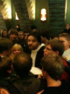 GRONKH von zahlreichen Fans umgeben...
