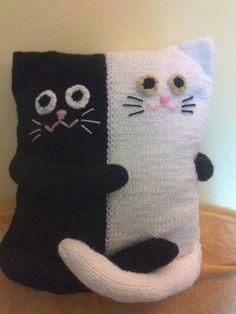 pillow - cats on Stylowi. Crochet Pillow Patterns Free, Knitting Machine Patterns, Knitted Cushion Covers, Crochet Cushions, Loom Knitting, Baby Knitting, Cat Pillow, Cat Pattern, Knitting Accessories