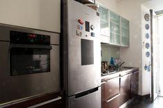 Foto d' insieme del locale cucina In primo piano colonna forno e frigorifero esterno.