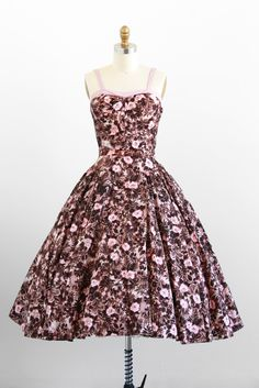 Such a lovely pink and brown 1950s tropical floral print summer dress. #vintage #1950s #fashion