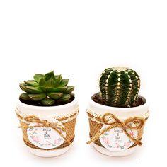 Detalle de boda con cactus o suculenta natural montado en maceta ceramica con cubremacetas de yute y decorada con cinta. Elegante detalle de boda, comunión o fiesta para regalar a tus invitados y para conservar un hermoso recuerdo de este gran día. Cactus Y Suculentas, Indoor Plants, Planter Pots, Succulents, Natural, Wedding Ceremonies, Pot Plants, Mini Cactus Garden, Trendy Wedding