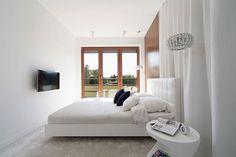 Moderne slaapkamer met inloopkast achter gordijn   Slaapkamer ideeën