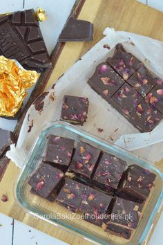 Vegan fudge with rose petals and sea salt, ready in less than 10 min.