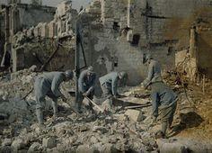 Soldats du génie travaillant dans les ruines  Description :  Autochromes de la guerre 1914-1918, département de la Marne, Reims  Auteur :  Cuville Fernand (1887-1927)