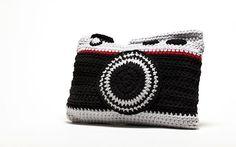 """Almofada câmara fotográfica em crochê, em preto e cinza claro com uma pequena faixa em vermelho. Medidas: 15"""" X 12"""""""