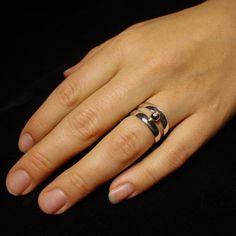 ZilverenDamesring met 1 Diamant en het as vanhaar overleden vader Deze bijzondere ring heb ik gemaakt voor een lieve vrouw die haar vader plotseling is verloren. Op het moment van dit verlies was ze hoogzwanger. Samen met haar moeder bezochten ze een half jaar geleden mijn atelier. Voor haar moeder heb ik de ring al …