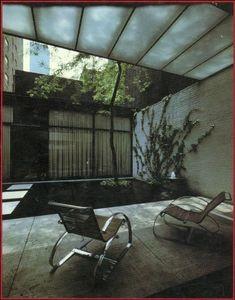 1950年に竣工したフィリップ・ジョンソン設計のロックフェラー・ゲストハウス。N.Yの52丁目。このロケーションにこのデザイン。大好きな建築。適当に作ってる感じと緻密...
