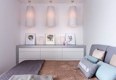kleines Schlafzimmer in hellen Pastellfarben und femininem Flair