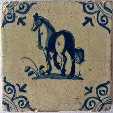 Tegel met een paard in ossenkop hoeken, Nederland, ca. 1640