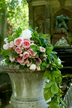 Garden Beautiful gorgeous pretty flowers-hand tied bouquet sitting on edge of urn Deco Floral, Arte Floral, Fresh Flowers, Beautiful Flowers, Beautiful Gorgeous, Garden Urns, Potted Garden, Pink Garden, Garden Roses