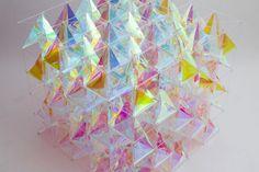 À l'occasion du Wallpaper Handmade de Milan, 3M a fait appel aux designers de SO-IL, basés à New York, pour faire équipe avec eux et travailler sur le projet qui explore la finition en verre dichroïque de 3M™.  Ce matériau est un film éthéré pour les surfaces en verre qui joue avec la lumière en la réfléchissant et en créant des décalages de couleurs. Le résultat de cette collaboration est un cerf volant sculptural en 3D qui rayonne un spectre de couleurs irisées.