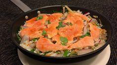 Varm rissalat med laks og koriander Thai Red Curry, Cantaloupe, Shrimp, Seafood, Food And Drink, Meat, Fruit, Ethnic Recipes, Cilantro