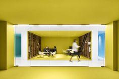Playster, la plateforme d'abonnement dédiée aux produits culturels dématérialisés, a fait intervenir le studio ACDF Architecture pour réaliser ses bureaux de Montréal.  Inspiré par le logo multicolore du client, ACDF a créé un espace de travail contemporain aux murs et revêtements de couleurs vibrantes. La couleur sert à définir les zones de travail et les espaces communs. Le blanc est astucieusement utilisé pour éviter aux nombreuses couleurs de devenir oppressantes et stressantes pour...