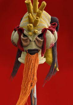 Brutal Knitting é um maravilhoso projeto em andamento de Tracy Widdess, artista canadense que usa o tricô para criar máscaras de monstros incríveis. Widdess conta que se inspira nos universos de ficção científica e terror para criar suas obras – o que explica o enorme estranhamento que elas nos causam.