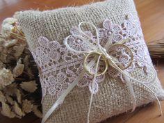 Almofada artesanal rústica para alianças. Confeccionadas com juta, renda gripir rosa claro, fita de cetim e pérola.