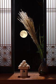 Moon-viewing festival (Tsuki-mi), usually in September 月見団子 旧暦八月十五日の月を十五夜、同九月十三日の月を十三夜といいすすきや団子、芋、豆、栗などを供える風習があります。団子の形状は関東が丸形、関西は里芋の形で餡でくるみます。